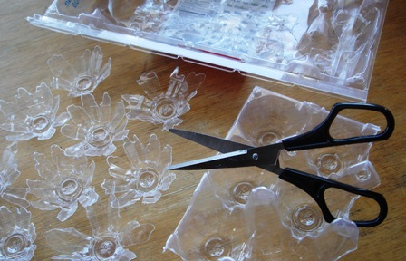 Cutting_flowers_from_the_egg_carton