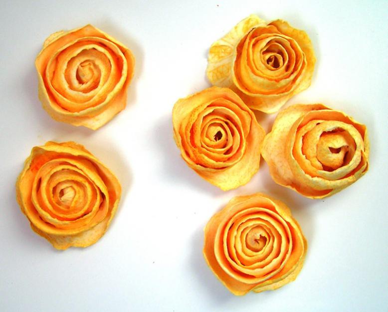 """Если кожура у апельсина толстая, после срезки первого слоя, срезаем второй слой - белый. Из него """"розы"""" получаются цвета масла."""