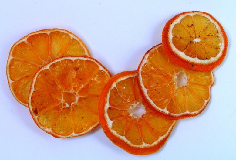 Если мандарин покроить тонкими ломтиками и высушить на батарее, получим модное дополнение к сухим цветочным композициям.
