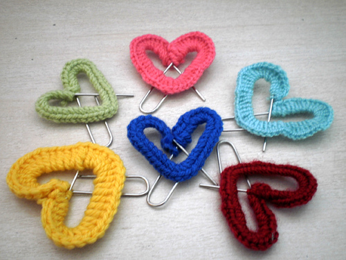 valentine crafts: heart shaped paper clip bookmarks tutorial